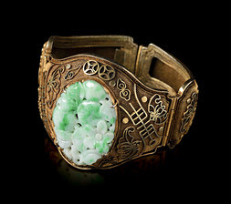 A GILT SILVER BRACELET WITH AN OVAL JADEITE PLAQUE