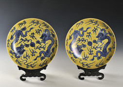 A FINE PAIR OF YELLOW-ENAMELLED UNDERGLAZE-BLUE 'DRAGON' DISHES
