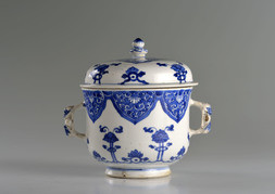 A BLUE AND WHITE LIDDED CUP