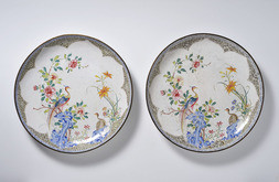 A FINE PAIR OF LARGE FAMILLE ROSE ENAMEL CHARGERS