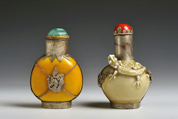 A GROUP OF TWO SNUFF BOTTLES