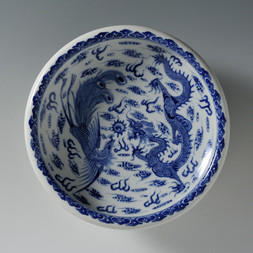 A LARGE BLUE AND WHITE 'DRAGON AND PHOENIX' BRUSH WASHER
