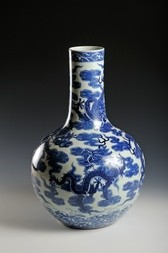 A BLUE AND WHITE PORCELAIN 'DRAGON' VASE