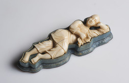 AN IVORY CARVING OF A LADY