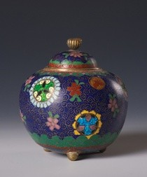 A SMALL CLOISONNÉ JAR WITH COVER