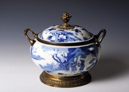 A CHINESE EXPORT BLUE AND WHITE SOUP TUREEN AND COVER WITH BRASS HARDWARE
