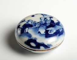 A BLUE AND WHITE PORCELAIN SEAL-PASTE BOX AND COVER