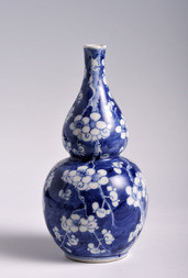 A BLUE AND WHITE PORCELAIN DOUBLE GOURD 'PLUM BLOSSOM' VASE