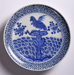 A BLUE AND WHITE PORCELAIN DISH WITH PARROT