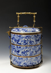 A THREE-TIERED BLUE AND WHITE 'DRAGON' BOWL WITH COVER AND BRASS MOUNTING