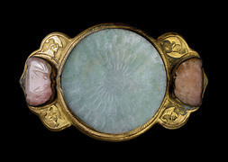 A GILT BRONZE BELT BUCKLE WITH ROUND CELADON JADEITE PLAQUE