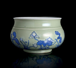 AN UNDERGLAZE BLUE AND CELADON GLAZED JARDINIERE