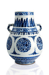 A BLUE AND WHITE PEAR-SHAPED VASE, HU
